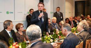 アラブ諸国の大使たちに「ブラジルは開かれた国」と語るボウソナロ大統領(Alan Santos/PR)