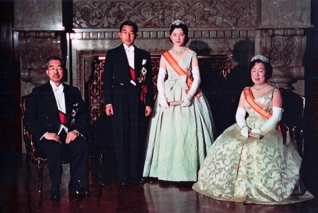 天皇、そして日本人」を紹介したヨーロッパ人=サンパウロ市ヴィラ ...