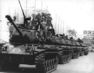 軍政時代の1968年、リオのプレジデンテ・ヴァルガス大通りを行進する戦車隊(Correio da Manha [Public domain])