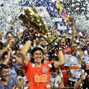 サンパウロ州選手権優勝トロフィーを掲げるコリンチャンス主将のGKカッシオ(Alexandre Barttibgli FPF)