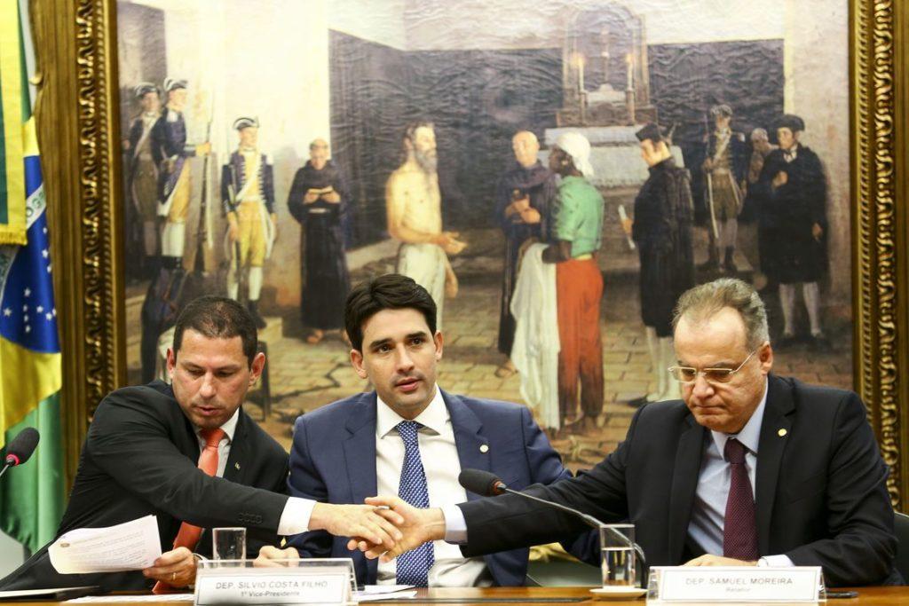 左からマルセロ・ラモス委員長、シルヴィオ・コスタ・フィーリョ副委員長、サムエル・モレイラ報告官(Marcelo Camargo/Ag. Brasil)