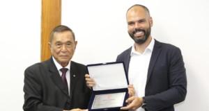 表彰を受けるコバス聖市長とACALの池崎会長(撮影・望月二郎)