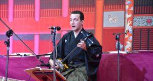 公演で三線を演奏するクリスチアン・プロエンサさん