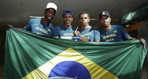 400メートルリレーで優勝し、グアルーリョス国際空港で大歓迎にあった選手達(Wagner Carmo/CBAt)