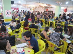 来場者であふれた食の広場