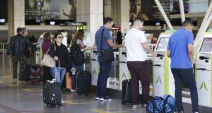 手荷物だけ持ってチェックインする人々(Antonio Cruz/Agência Brasil)