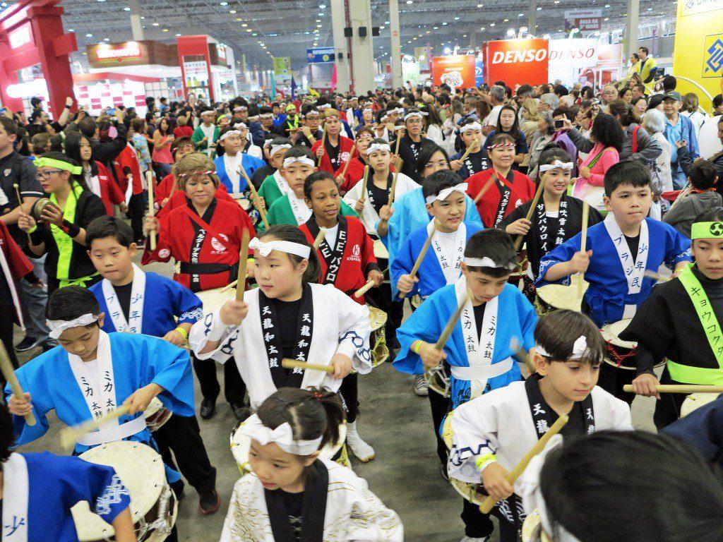 日本祭り会場をにぎやかに行進する祭り太鼓の子供たち