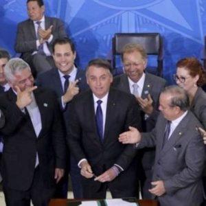 大統領令に署名した直後のボウソナロ氏(WILSON DIAS/AGÊNCIA BRASIL)