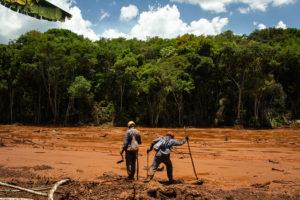 大量の鉱滓の直撃を受けた地区で生存者を探す救助隊(Romerito Pontes/Flickr)