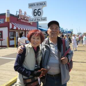 ルート66の終着点で畠山富士雄さん(75、二世)と奥さん