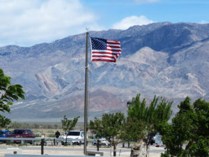 マンザナー強制収容所跡地の博物館駐車場になびく星条旗