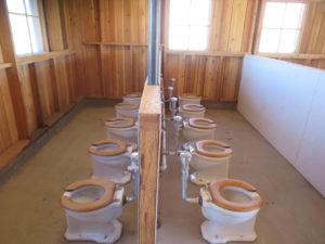 マンザナー強制収容所跡に再現された共同トイレ。各バラック内にトイレ、炊事施設はなく、共同棟で用をすますようになっていた