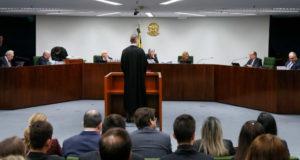 第2小法廷の判事らにルーラ氏の件を審理するよう求めるザニン弁護士(中央 - Roberto Stuckert Filho)