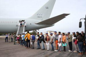 他州に移動する飛行機にのるために列を作るベネズエラ人難民たち(Antonio Cruz/Agência Brasil)