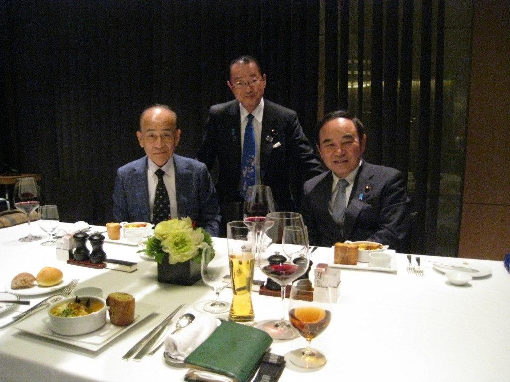 今年の4月4日に東京で夕食懇談会を行なった日下野理事長、河村建夫衆議院議員、坂本哲志衆議院議員