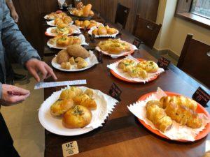 日本で独自の進化を遂げた惣菜パンが並ぶ