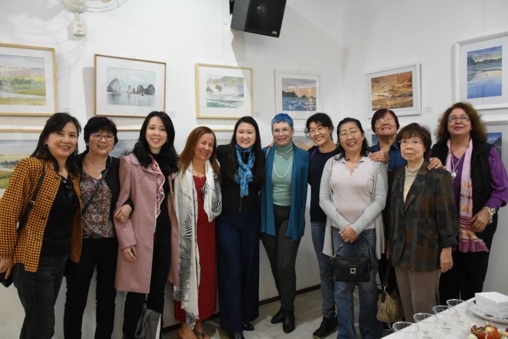 絵手紙講師の石川恵子さん(左)、武用千枝さん、若林敦子さん