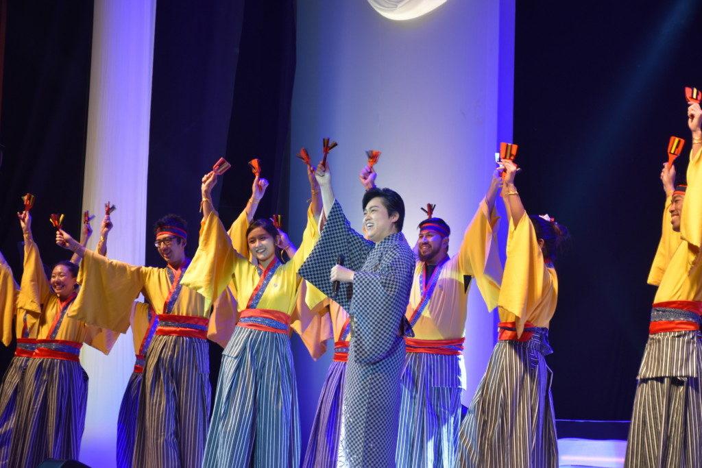 高知県人会の青年部の踊りと共に披露した「よさこい鳴子踊り」