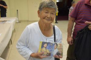 販売していたCDを購入した内間美枝子さん