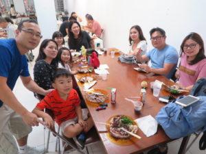 日本代表のユニフォームを来た角南エジソンさん(左端)と家族