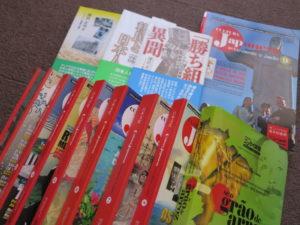 ニッケイ新聞から続々と刊行されているバイリンガル本『日本文化』(手前)と無明舎から刊行されている弊社著作