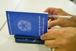労働手帳に書き込まれる雇用が増えない現実(Marcello Casal/Agência Brasil)
