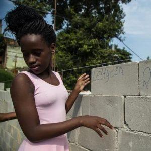 自分達の名前を書き込んだコンクリートブロックを積む生徒の一人(Divulgação/Na Ponta dos Pés)