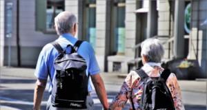 仲良く二人で散歩する高齢者(参考写真)