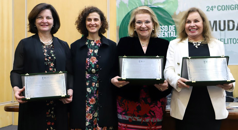 左からラケル・ドッジ長官、一人飛んでマルガ・テスラー、サンドラ・クレアウの3氏。「緑の地球を守る法律家協会」代表アナ・ヌスデオ氏より盾が授与された(Crédito: Divulgação MPF/SP)