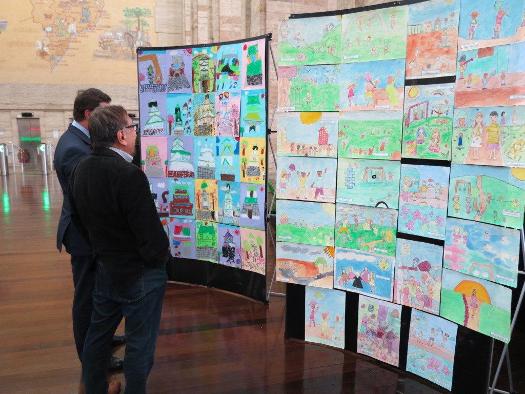 聖市役所に展示された田辺小学校とオオサカシ小学校の絵画交流事業作品