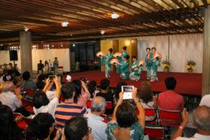 踊り初めの舞台に見入る観客