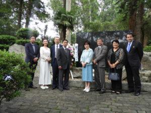 イビラプエラ公園の開拓先没者慰霊碑を訪れた山東議長一行