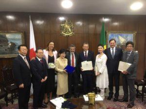 ブラジリアで上院議員と面談した山東議長一行(参議院提供)