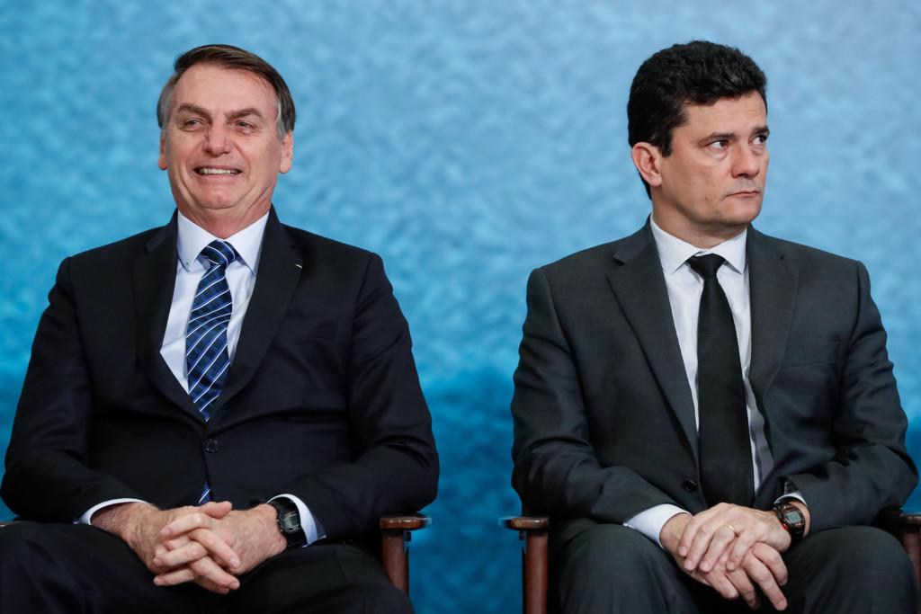 ボウソナロ大統領(左)とセルジオ・モロ法相(Isac Nobrega/PR)