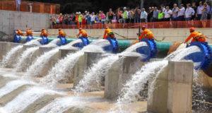 Sabesp による、カンタレイラ水系とパライバ・ド・スル水系を繋ぐ水路の落成式(2018年3月、GOVESP)