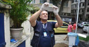 水道水の水質調査を行う衛生管理局の職員(Divulgação/Vigilância Sanitária)