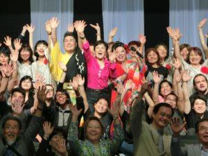 2016年9月、中平さん呼びかけて行われた『第1回さあ~始めよう』の終幕風景(中央のピンク衣装が中平さん)