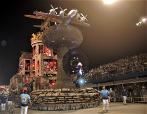 賛否両論を呼んだ、アギア・デ・オウロの原爆ドームを再現した山車