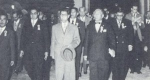1958年、井上理事長(左)らの案内で視察される三笠宮殿下(中央、『コチア産業組合中央会60年の歩み』より)