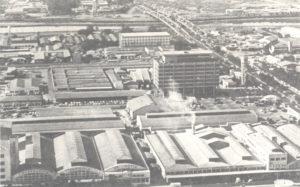 ジャグァレーのコチア産組本部(中央のビルが1977年落成)、手前が肥料・飼料工場