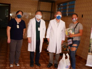 右から支援物資を受け取る女性と天内ワルテル院長、熊谷医師長、イガイ福祉課長