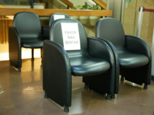 「座らないで」と書かれた受付の椅子