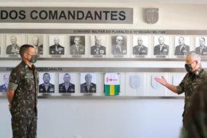 式典の様子。右が松田中将(Comando Militar do Planaltoサイト)