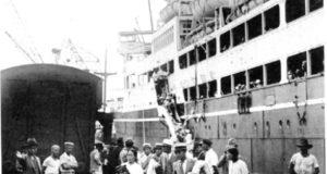 移民船を降りてブラジルに上陸する日本人たち(『在伯同胞活動実況写真帳』(1938年、竹下写真館 高知県古市町)