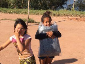 毛布配布に喜ぶ子ども2