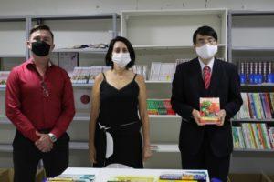 左からカストロ・パラノア地区教育調整官、リマ副校長、山田大使(大使館サイトより)