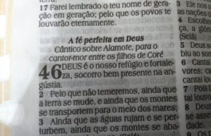 旧約聖書に記された「神はわれらの避け所(Deus é nosso refúgio)」