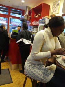 ドイツのミュンヘンにあるタイ料理店で食事をするセネガル人女性(2020年1月撮影)