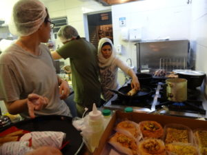 自営業でアラブ料理を販売するシリア人女性