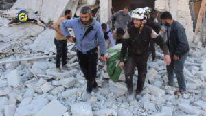 シリア最大の都市アレッポ(約170万人)の近郊にあるイドリブで街を空爆され、怪我人を運び出す救助隊(Foto: Civil Defense Idlib)